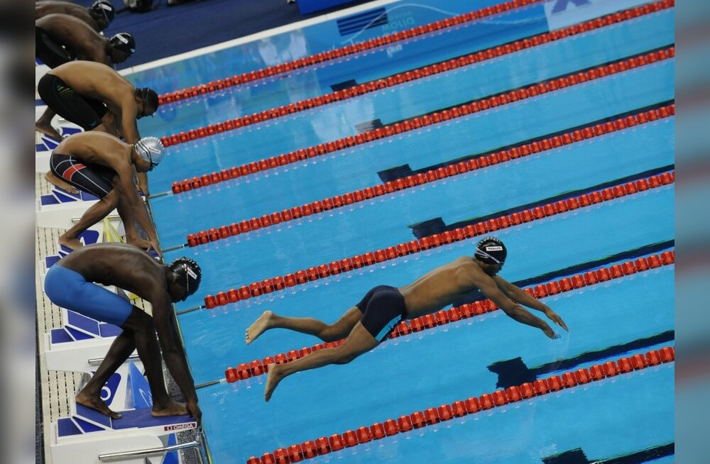 VIDEO: Mauritaania ujuja kukkus MM-il basseini kõhuli