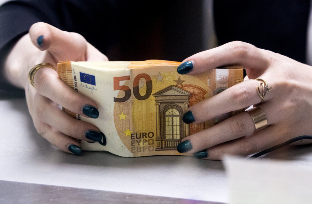 У пассажирки рейса Дубай — Москва — Рига изъяли более 25 000 евро наличными