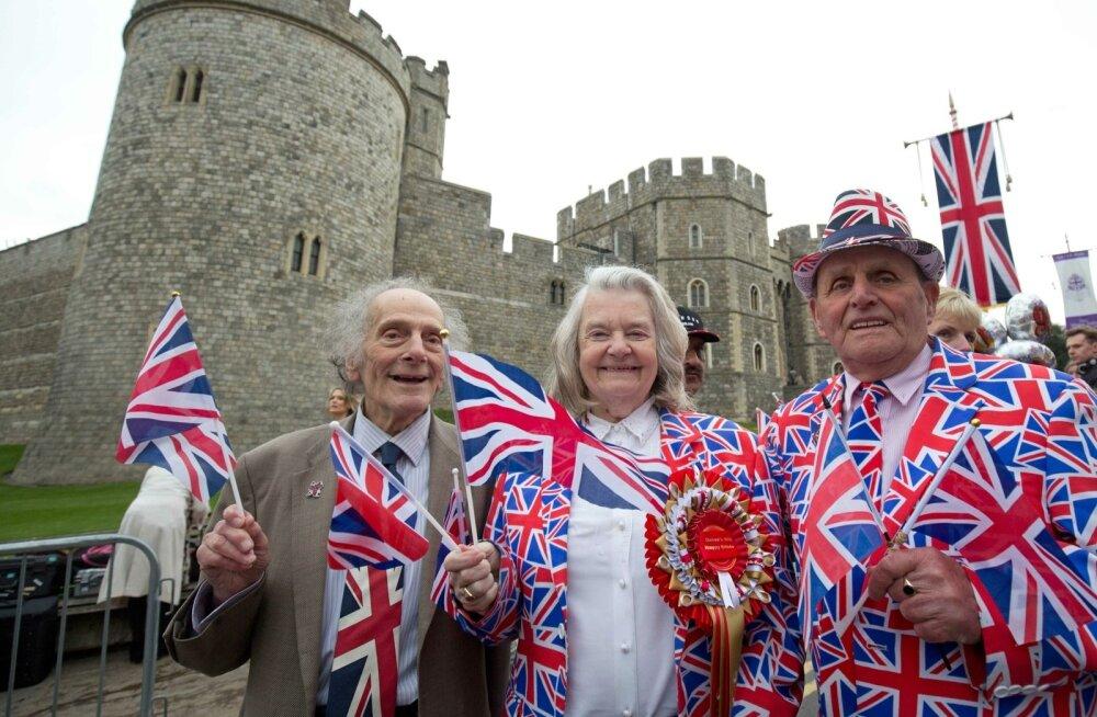 Turistid Windsori lossihoovis tähistamas kuninganna juubelit