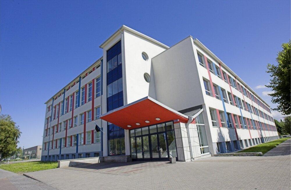Tallinna Pelgulinna kooli ees ülekäigurajal sõitis auto teisele tagant otsa
