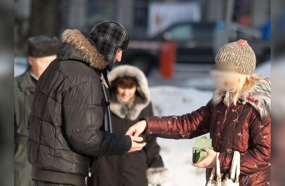 """FOTOD: Tallinna kesklinnas kimbutab inimesi """"bussisõiduks"""" raha manguv mees"""