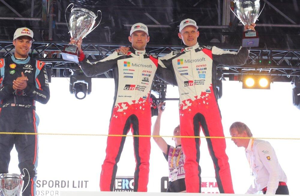 Ott Tänak ja Martin Järveoja tähistamas Rally Estonia võitu.