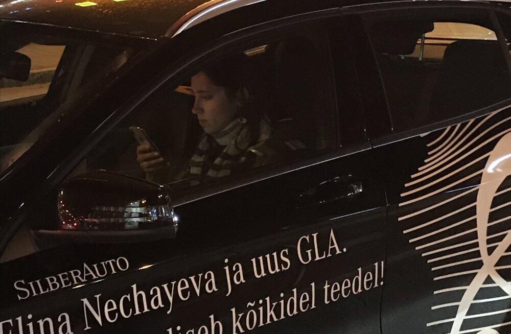 FOTO | Reeglid on rikkumiseks? Elina Nechayeva tabati autoroolis nutitelefoni näppimast