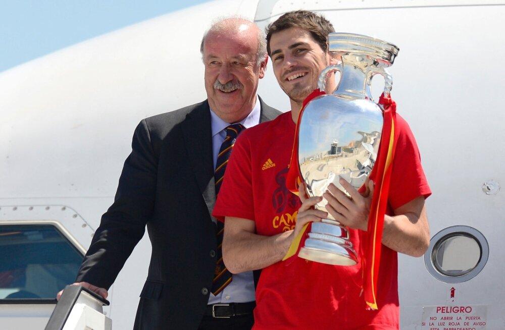 Peatreener Vicente Del Bosque ja kapten Iker Casillas 2012. aasta võidutrofeega.