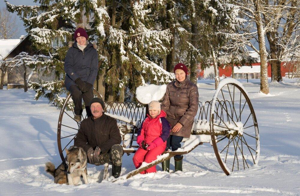Lindre talupere on aastakümnetega kõigist raskustest läbi murdnud ja tänini pinnal püsinud. Pildil on Margit, Endel ja Dagmar Lindre, keskel pojatütar Liisa-Mai.