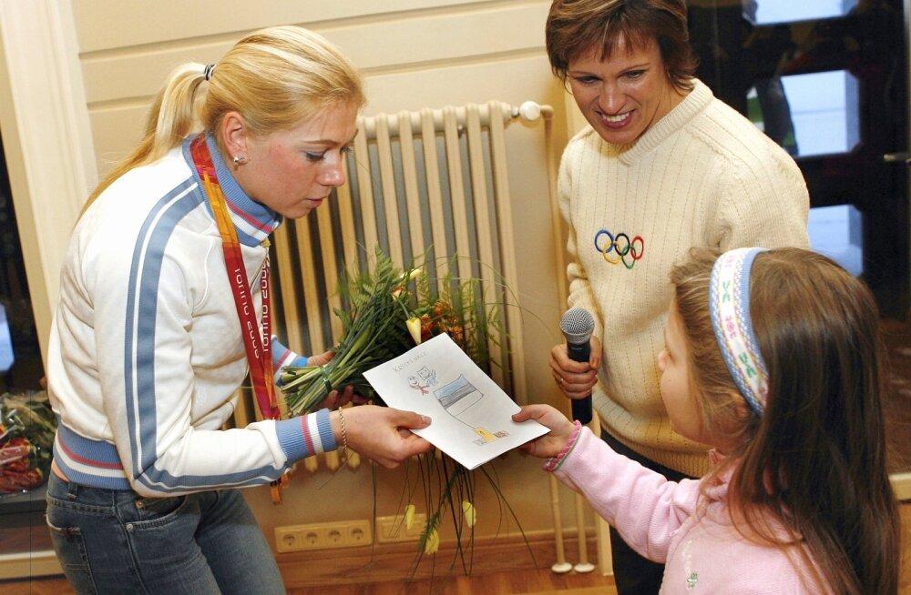 """Olümpiavõitjate Kristina Smigun-Vähi ja Erika Salumäe lood on raamatu """"Lood julgetest Eesti tüdrukutest"""" kaante vahel."""