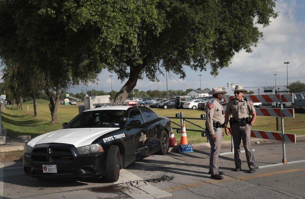Politsei pidas Santa Fe koolitulistajaga 25 minutit tulevahetust, mõni ohver võis jääda risttulle