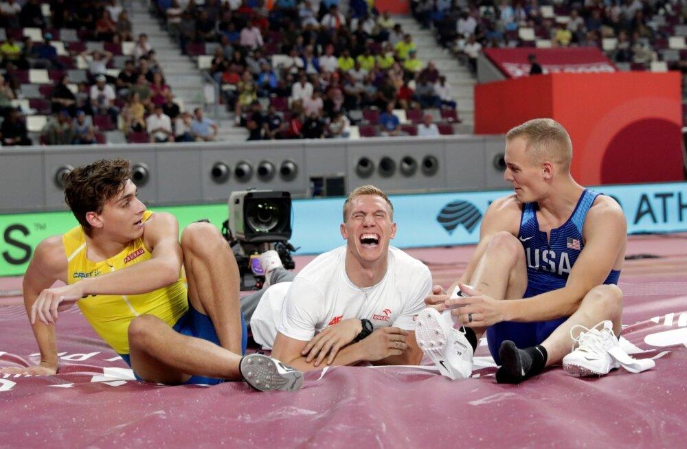 Nii tähistas teivashüppe esikolmik (paremalt) kullamees Sam Kendricks, pronksi võitnud Piotr Lisek ja hõbeda saanud Armand Duplantis võistluse lõppu.