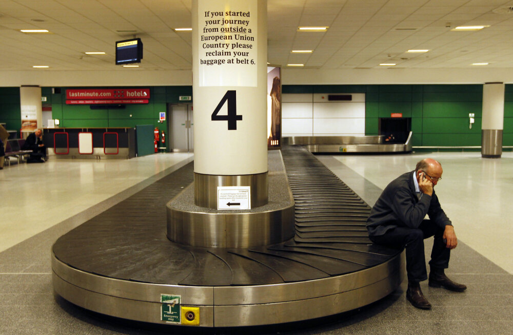 ВИДЕО: Грузчик заскучал в аэропорту и занялся физкультурой на багажной ленте