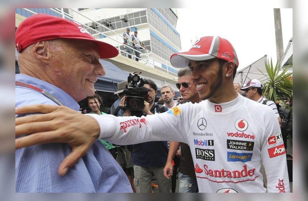 Niki Lauda ja Lewis Hamilton üksteist tunnustamas, vormel-1
