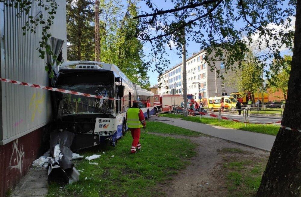 ФОТО И ВИДЕО | В Риге по вине пьяного водителя троллейбус врезался в дом и пробил в стене дыру