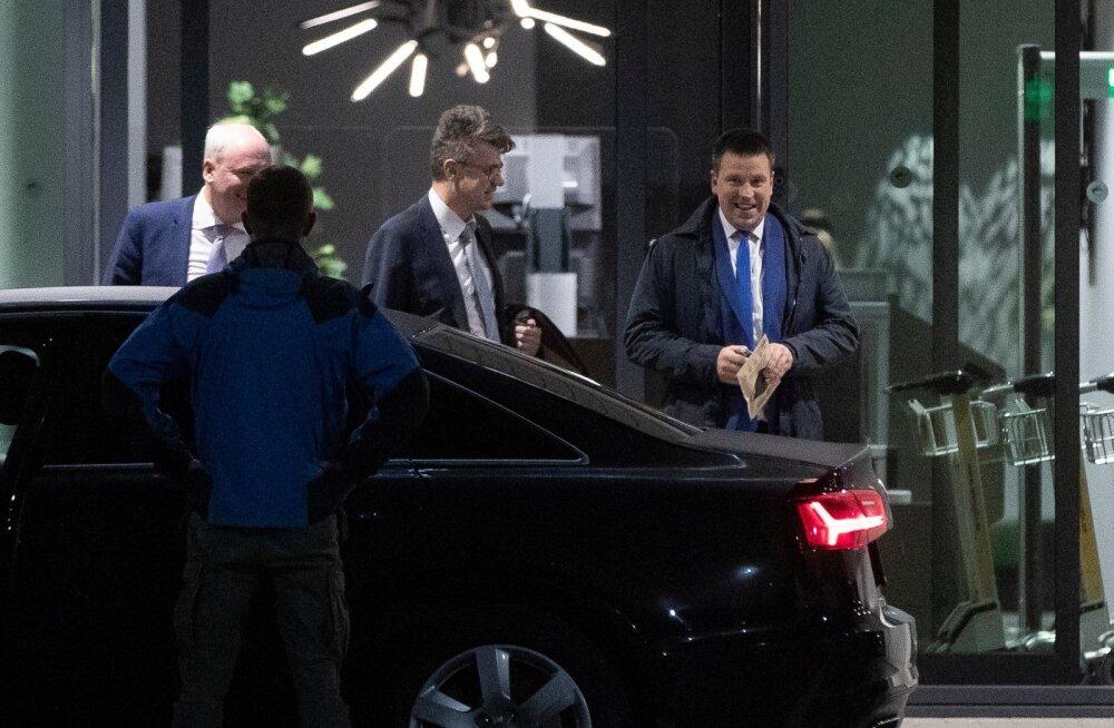 Vandersellidest ministrid Urmas Reinsalu ja Jüri Ratas eile Tallinnasse jõudnuna