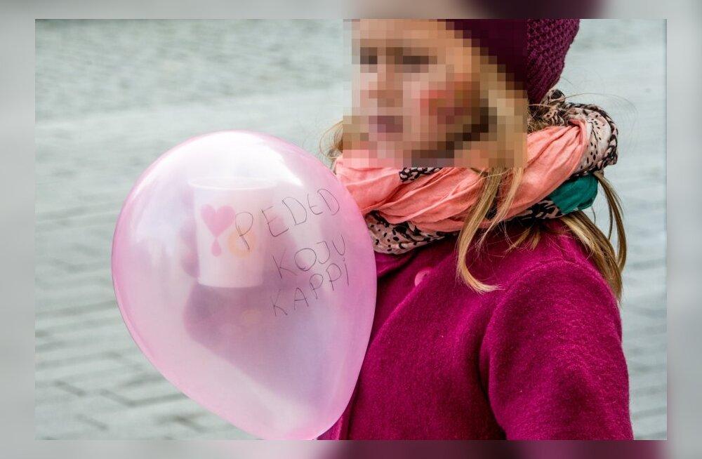 Ropu õhupalliga tüdruk meeleavaldusel