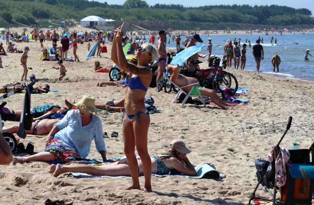 На литовском взморье в июне: одни пьют, другие их ловят, третьи флиртуют