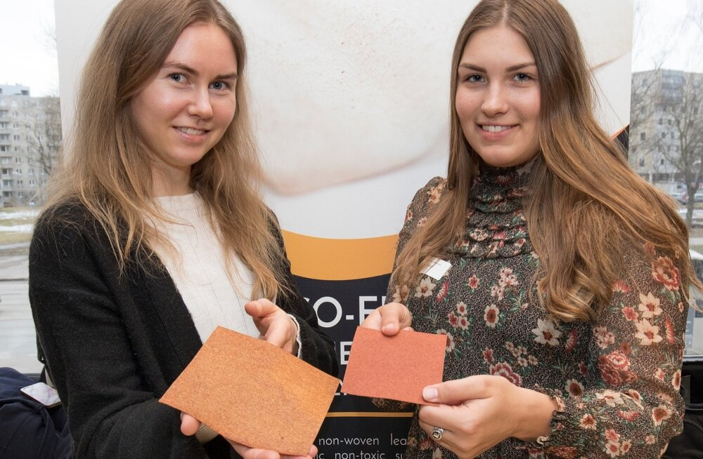 Elerin Källo ja Mariann Reinmann näitasid biomajanduse konverentsil Gelatexi nahasarnast tekstiili.