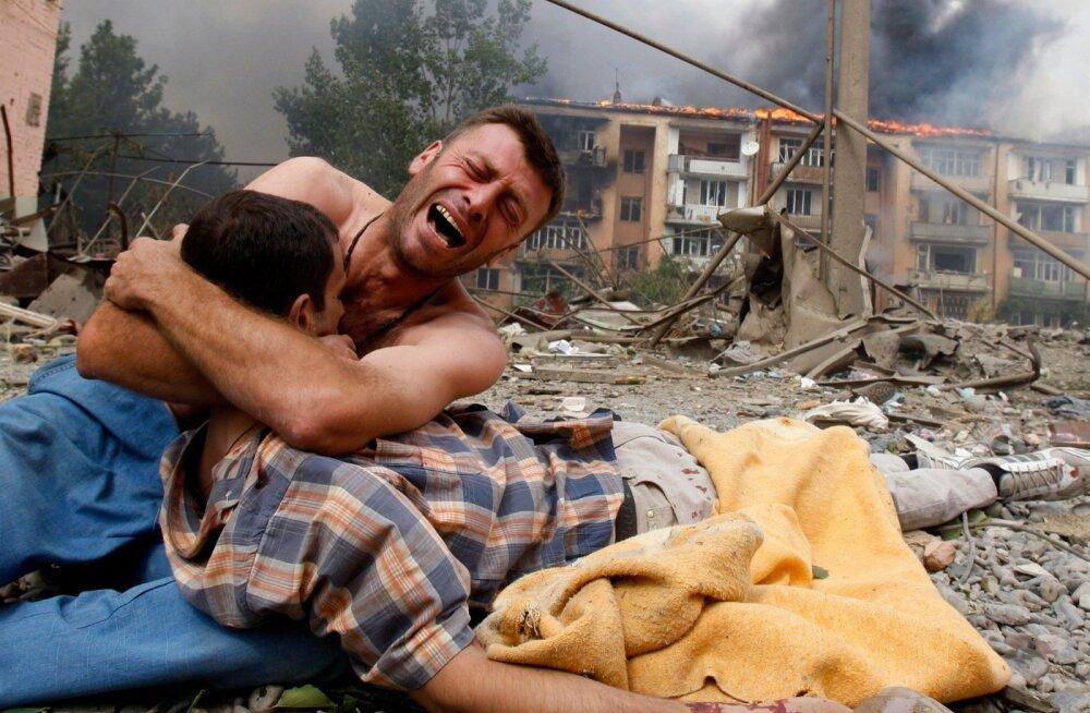 Sellest 2008. aasta 9. augustil Goris tehtud fotost on tagantjärele saanud üks märgilisemaid Gruusia augustisõja jäädvustusi. Grusiin hoiab käte vahel oma venda, kes on Vene pommirünnakus surma saanud.