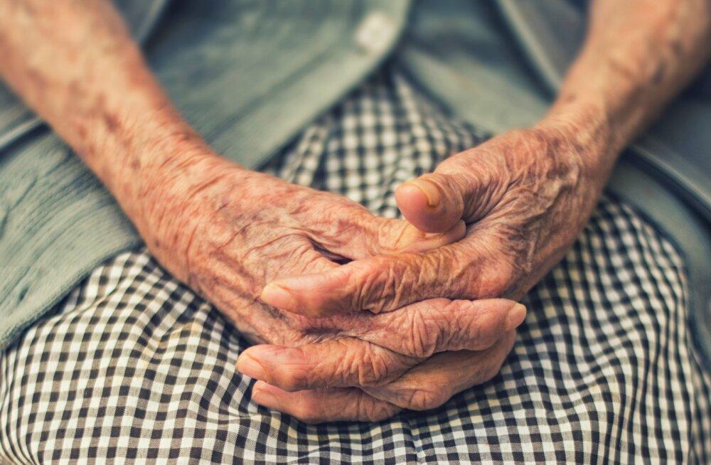 Tütar Alzheimeri diagnoosiga emast: meie elu on nagu väikese lapsega