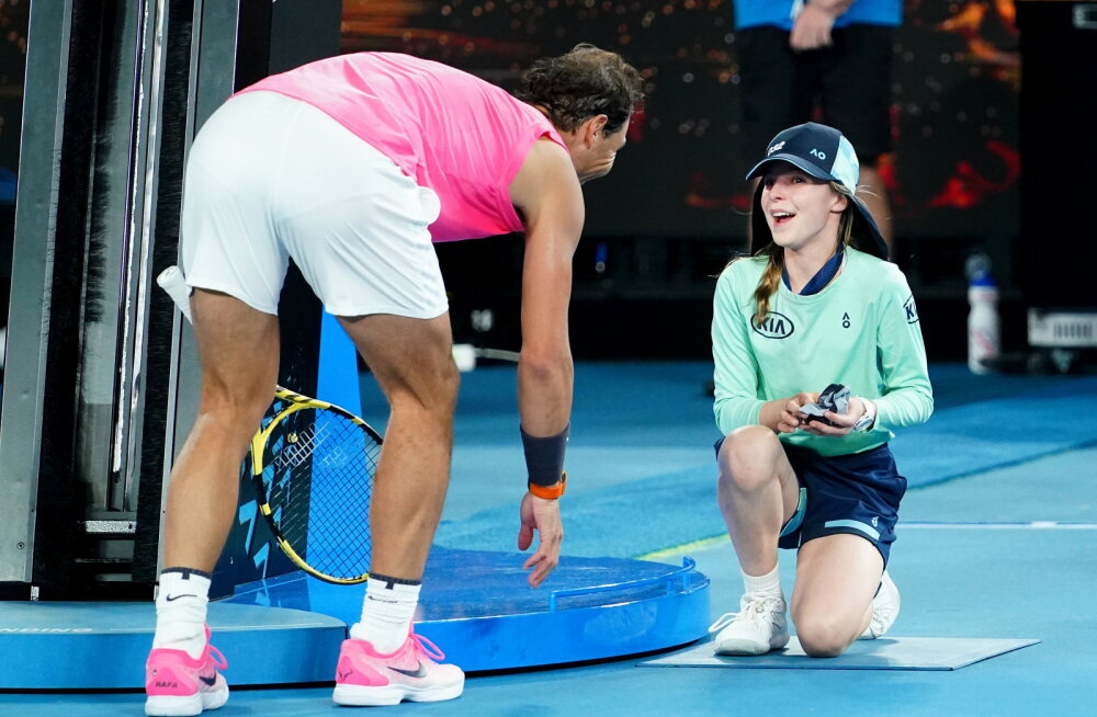 VIDEO | Elu õnnelikem päev: Australian Openi pallitüdruk sai Rafael Nadalilt õnnetuse järel magusa musi