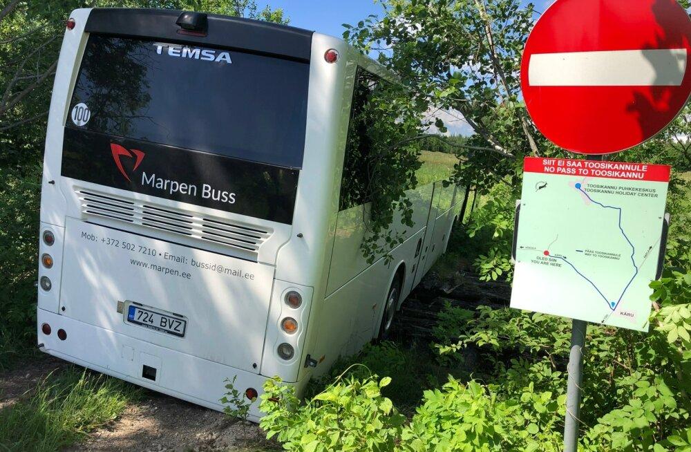 Järvamaal Jõeküla külas vajus buss läbi vana puidust silla