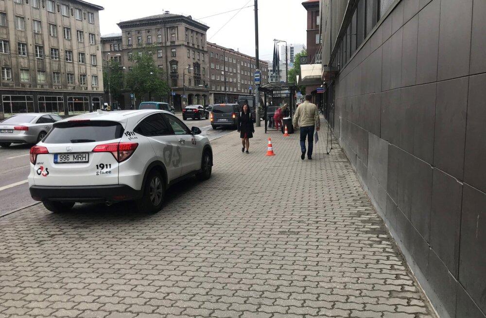 FOTO | Tallinnas Narva maanteel äratas kahtlust omanikuta kohver