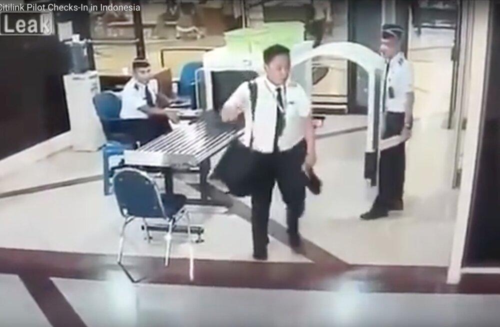 VIDEO: Purupurjus piloot kakerdas läbi turvakontrolli kokpitti