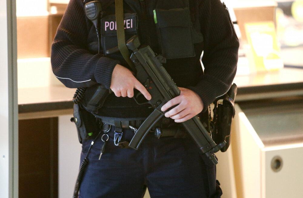 Politsei kiirreageerija sai juhulasust raskelt vigastada. Teda tulistas kolleeg