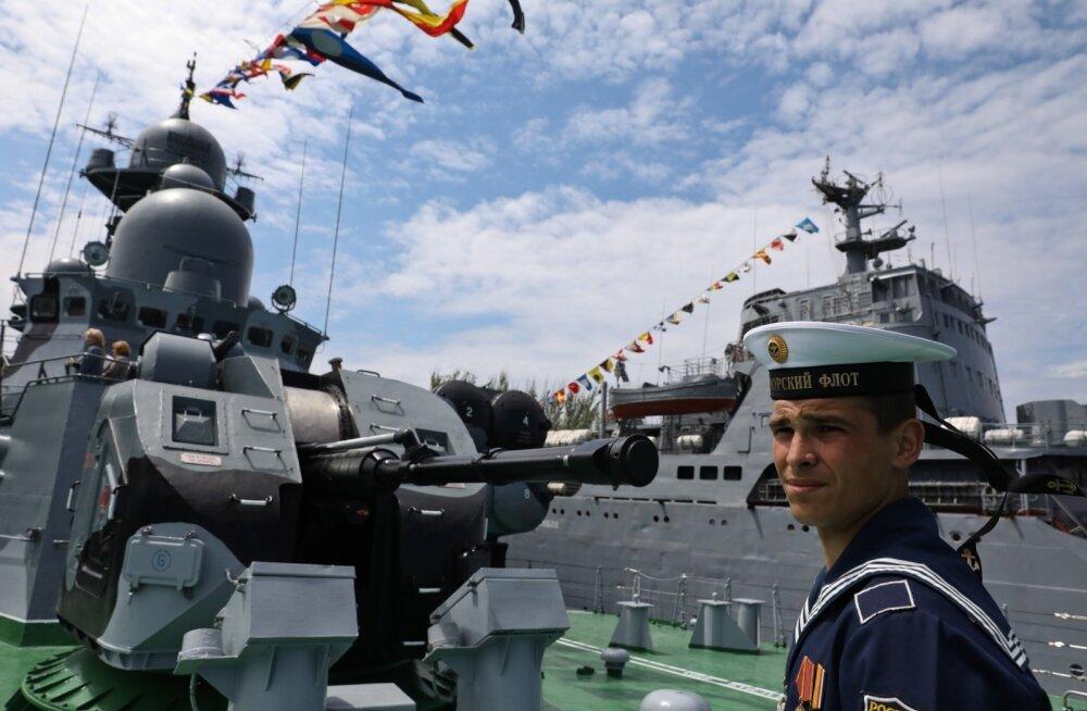 Mais tähistas Venemaa Musta mere laevastik Krimmis Musta mere laevastiku päeva. Sama laevastik tegutseb ka Aasovi merel ja Ukraina väitel järjest agaramalt.