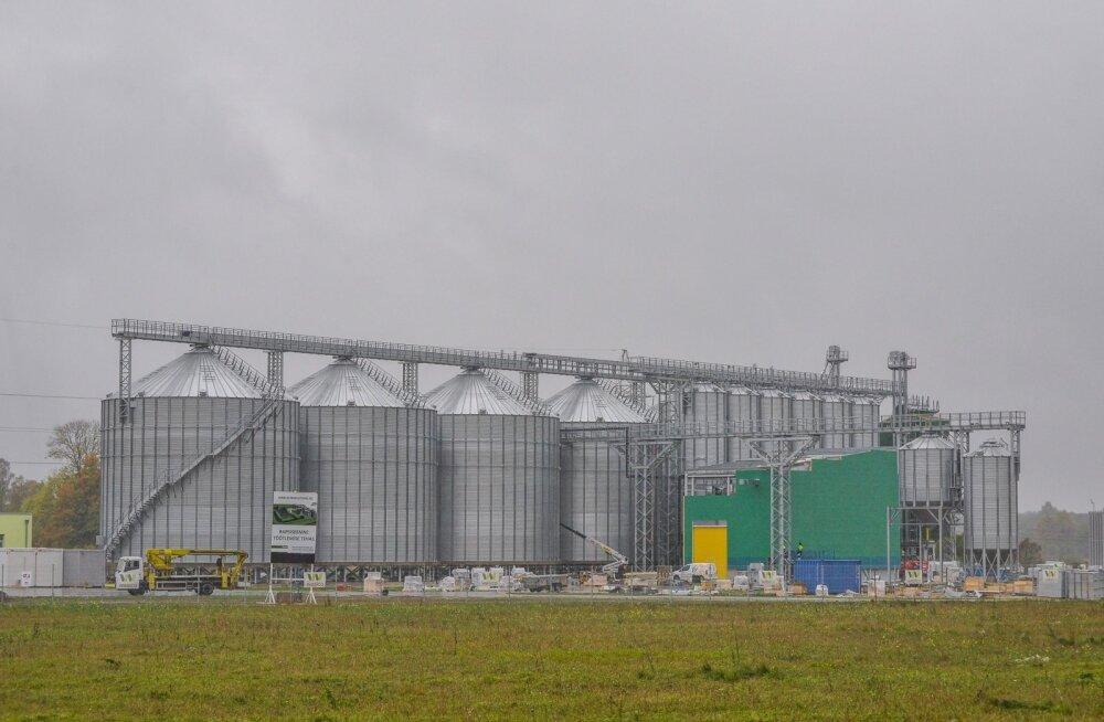 Kuigi Tallinna-Tartu maantee äärde rajatava hiigelhoone kuivatiosa on juba mõnda aega möödasõitjatele silma paistnud, on õlitehase osa veel täiesti pooleli.