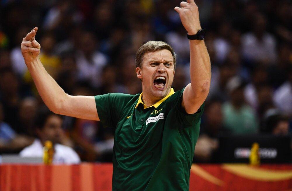 VIDEO | Leedukad on korvpalli MM-i kohtunike peale maruvihased ja esitasid protesti