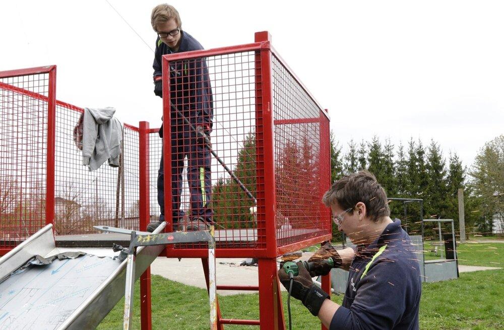 Omapärased talgud Pärnumaal: Rootsi noored keevitajad ehitavad Eesti lastele mänguväljakuid