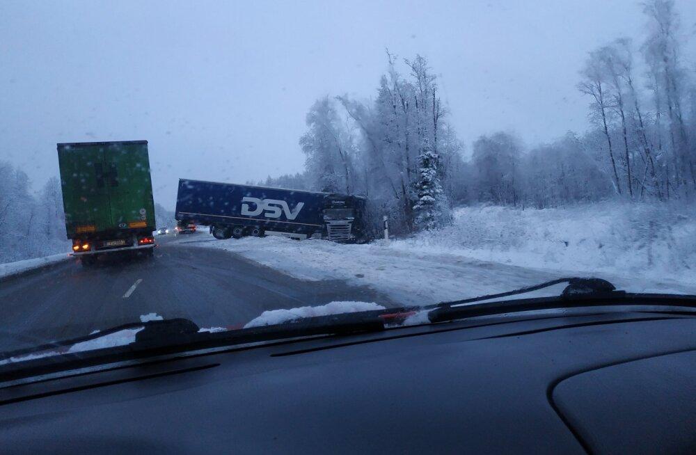 FOTO | Tallinna–Pärnu maanteel sõitis raskeveok kraavi, üks sõidusuund on suletud
