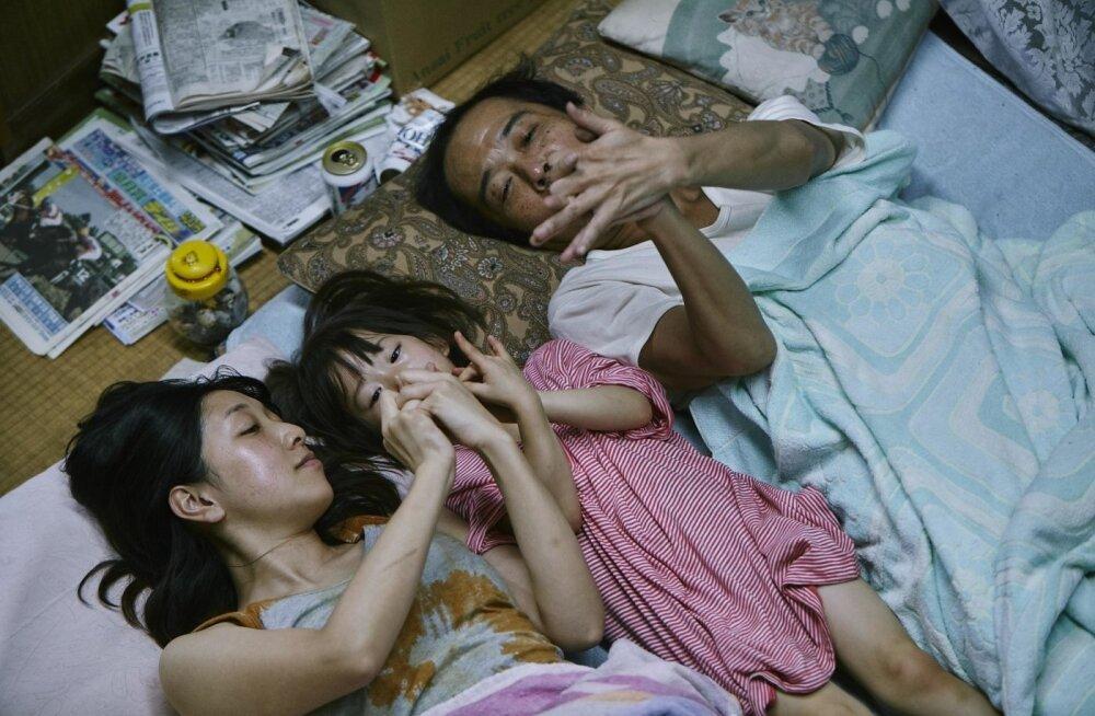 """Kuldse Palmioksa võitis Jaapani filmiguru Hirokazu Kore-eda filmiga """"Shoplifters"""". See on liigutav lugu poevaraste perekonnast laste silme läbi."""