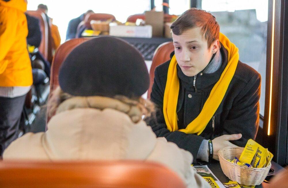 Riigikogu noorim kandidaat Andrus Punt potentsiaalse valijaga kohtumas.