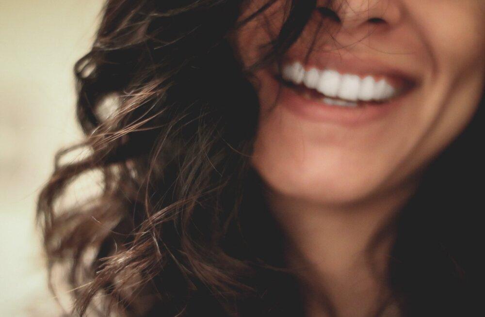 Hambaarstid paljastavad tõe: särvvalge naeratusega naistel on mõned harjumused, mis ei lase nende hammastel kollaseks muutuda