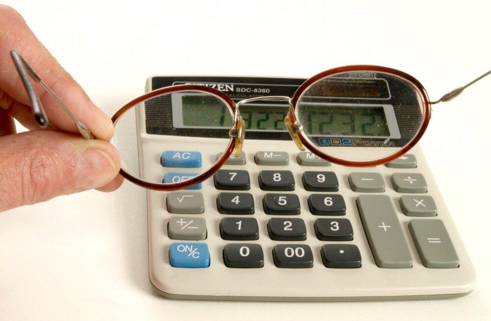 Kalkulaator ja prillid.