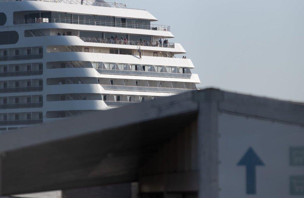 Круизный лайнер не пускают уже в шестой порт из-за коронавируса. Туристы на грани бунта