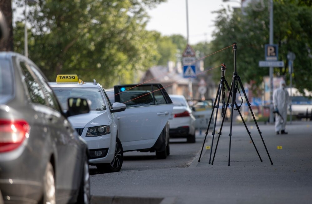 Telliskivi tulistamise sündmuspaik reedel, kohapeal töötasid kriminalistid.