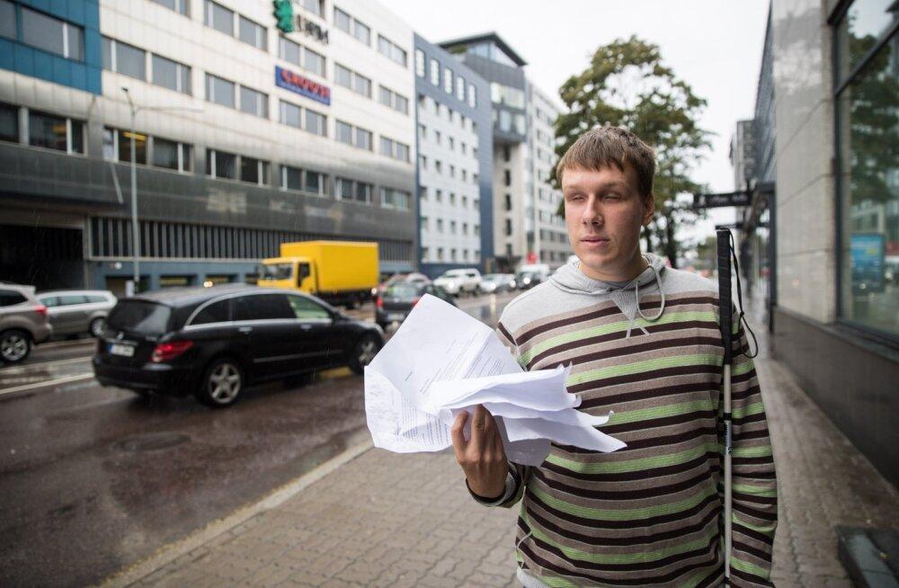 Jakob Rosin peab oma vaegnägemise tõendamiseks kaasas tassima tervet pakki dokumente.