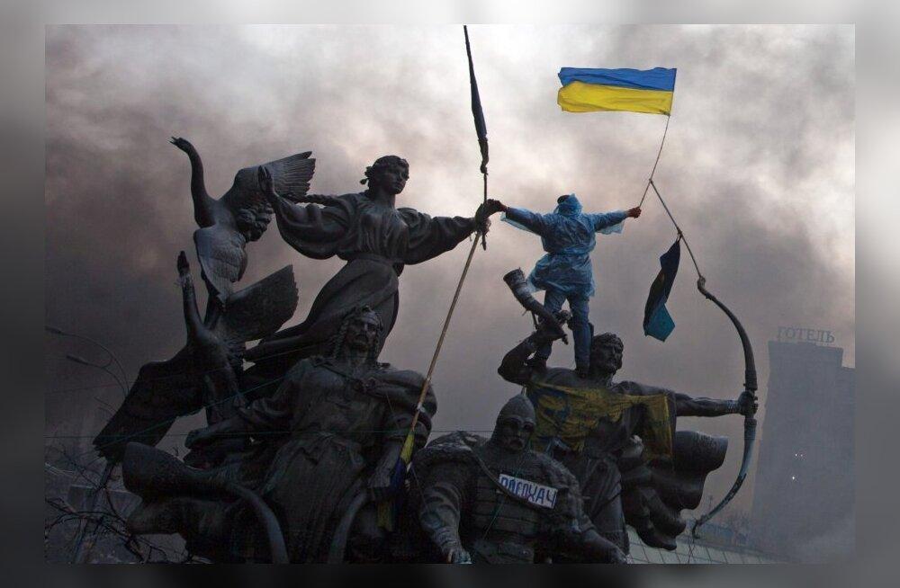 Valitsusvastane meeleavaldaja Kiievis Ukraina lipuga