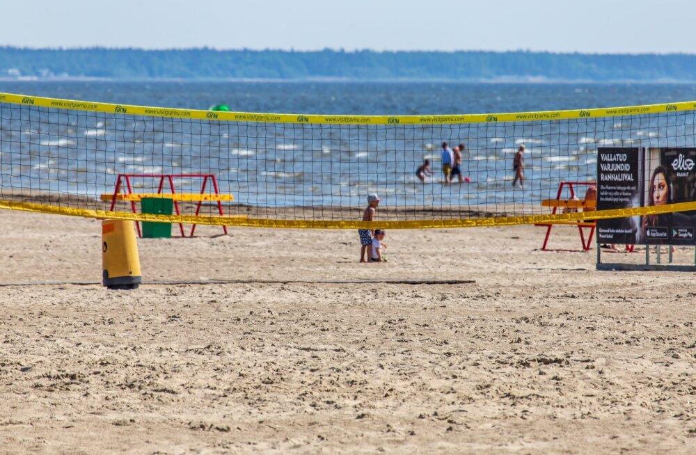 Pärnu rannas triivisid lapsed täispuhutava madratsiga sügavasse vette