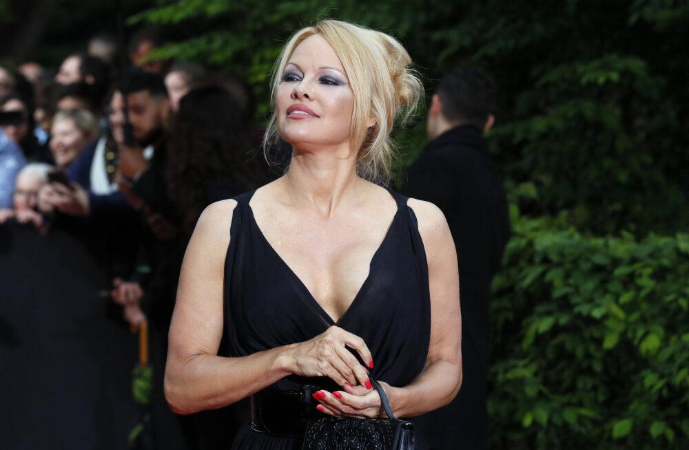 KLÕPS | Pamela Andersoni <em>halloween</em>i kostüüm ajas fännid äärmiselt endast välja: sulle on kõik liiga lihtsalt tulnud