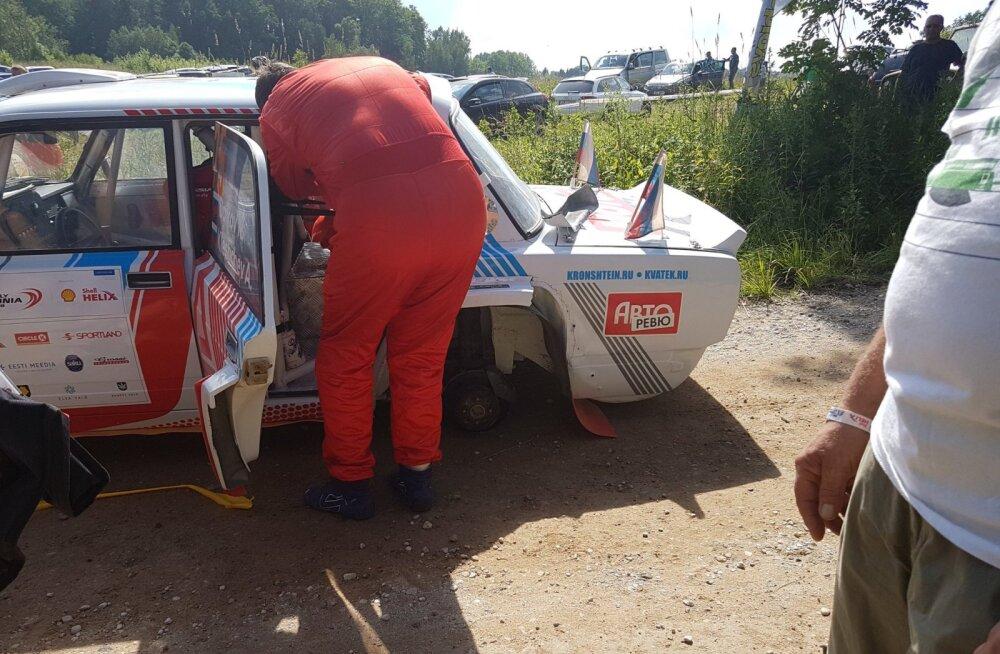 FOTO | Väike laps sai Rally Estonial autolt lahti tulnud rattaga pihta, katse jäeti pooleli