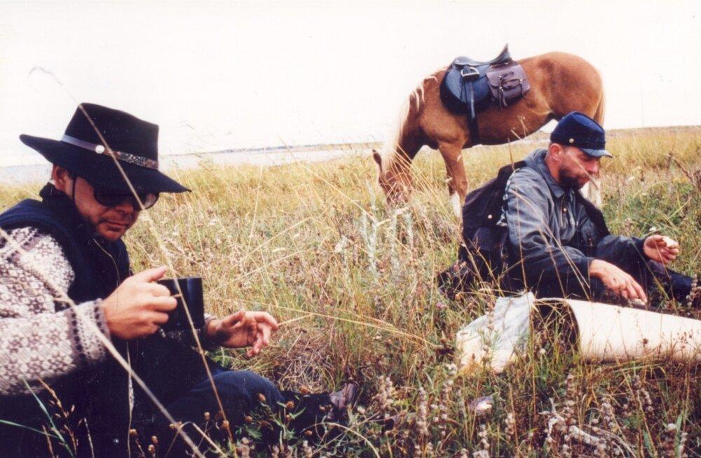 """Ago Ruusi filmi """"Loojangule vastu"""" teljeks on ajakirjaniku Madis Jürgeni ja kunstnik Aivar Juhansoni ratsamatk eesti tõugu hobustel läbi Muhu- ja Saaremaa Vilsandile. Esmakordselt oli film ETV ekraanil 1999. aastal"""