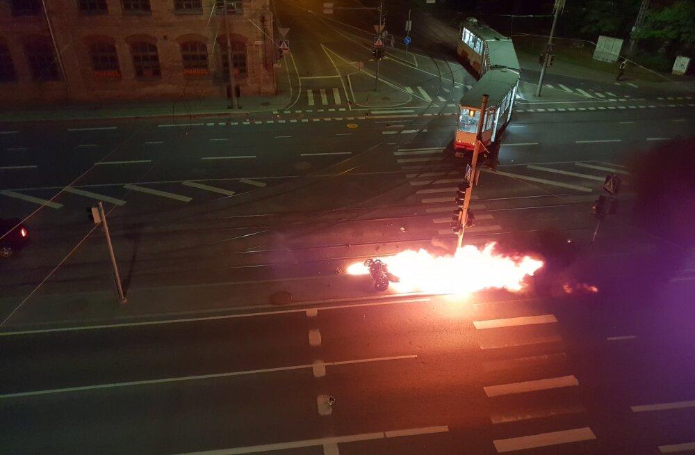 LUGEJA FOTOD | Tallinnas põrkasid kokku mootorratas ja tramm: tsiklijuht hukkus. Avariid nägid pealt ka patrullpolitseinikud