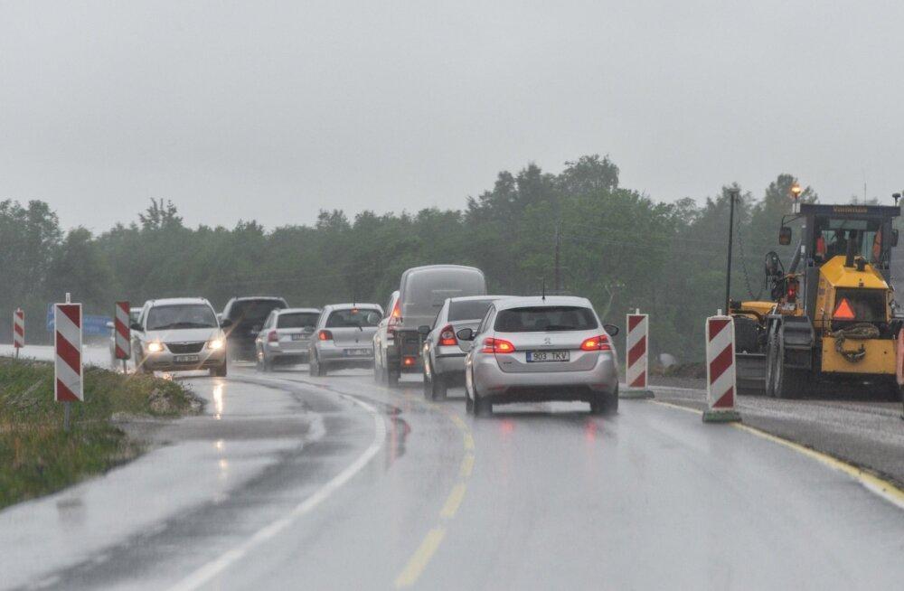 Teeolud ja liikluspiirangud: teed on niisked, temperatuur esialgu miinuses