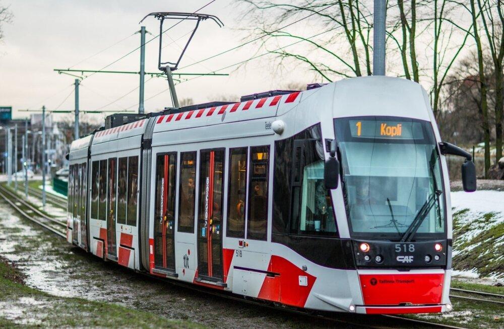 """В Таллинне на остановке """"Копли"""" загорелся трамвай"""