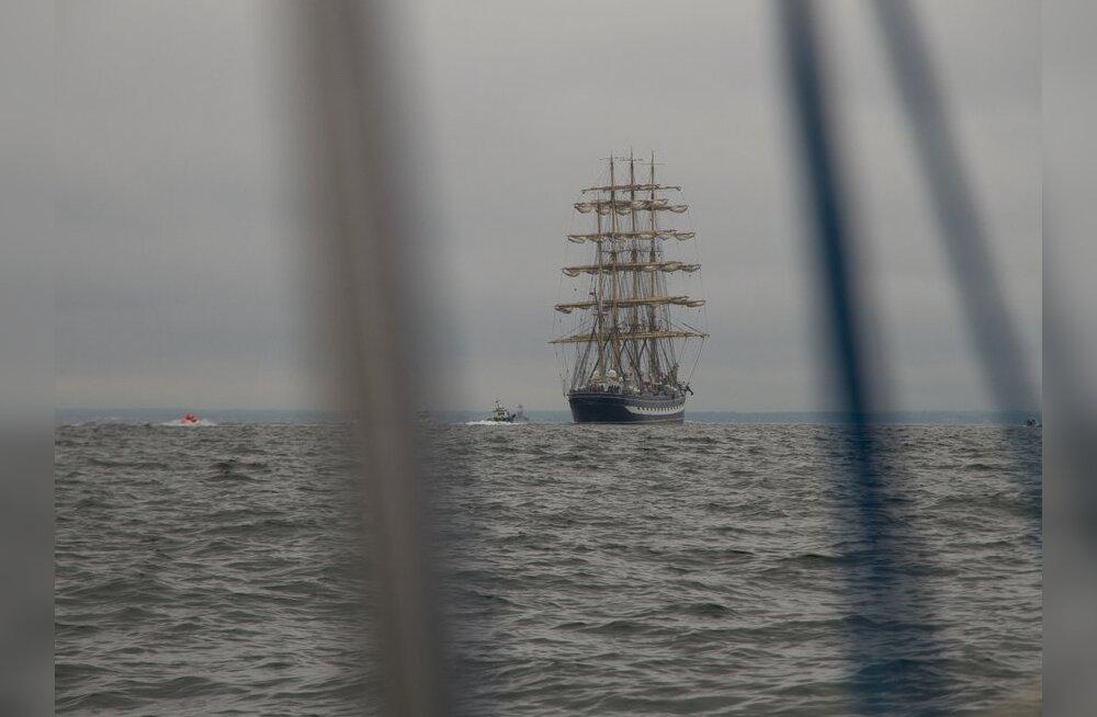 Väikejahgiga on merel mõnus. Ülisuur Krusenstern on kaunis, ent ka kohutab.