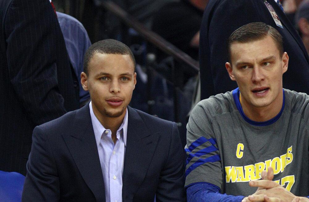 VIDEO | Miks tuli Stephen Curry NBA mängule endise Läti korvpalluri särgis?