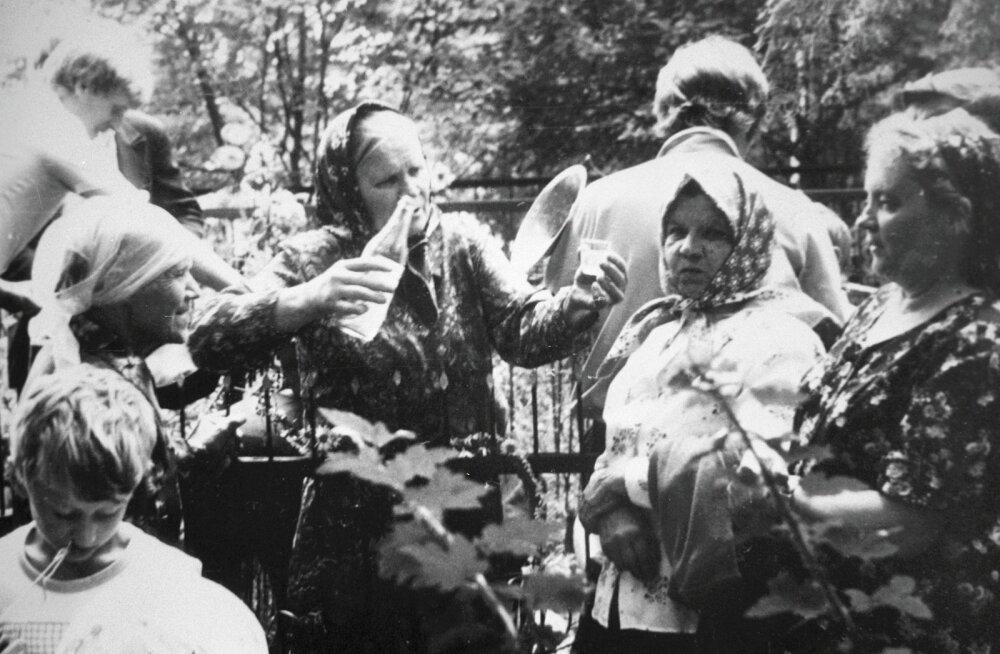 FOTO aastast 1984 | Siberi eestlanna keset Nõukogude aega, peieviin peos