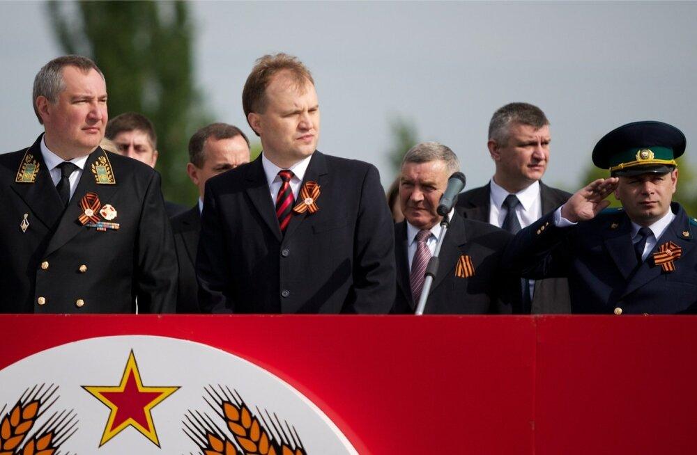 """Tollane president Jevgeni Ševtšuk (keskel) ja Vene asepeaminister Dmitri Rogozin (vasakul) Transnistria """"pealinnas"""" Tiraspolis 2014. aasta võidupüha paraadil. Venemaa abiga lõi Transnistria omal ajal Moldovast lahku."""